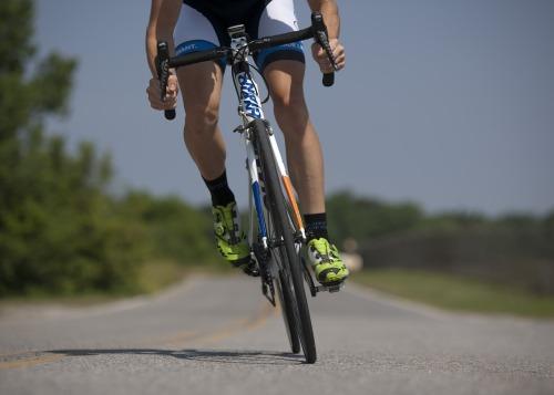 Pyöräilevä ihminen.
